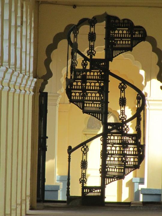 Stalowymi schodami na piętro