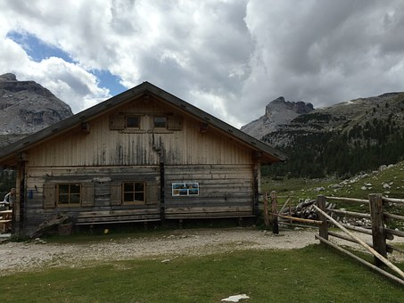 Klasyczne domki z drewnianych bali